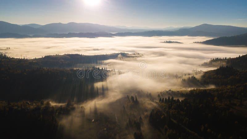 Majest?tischer Sonnenaufgang in der Gebirgslandschaft lizenzfreies stockbild