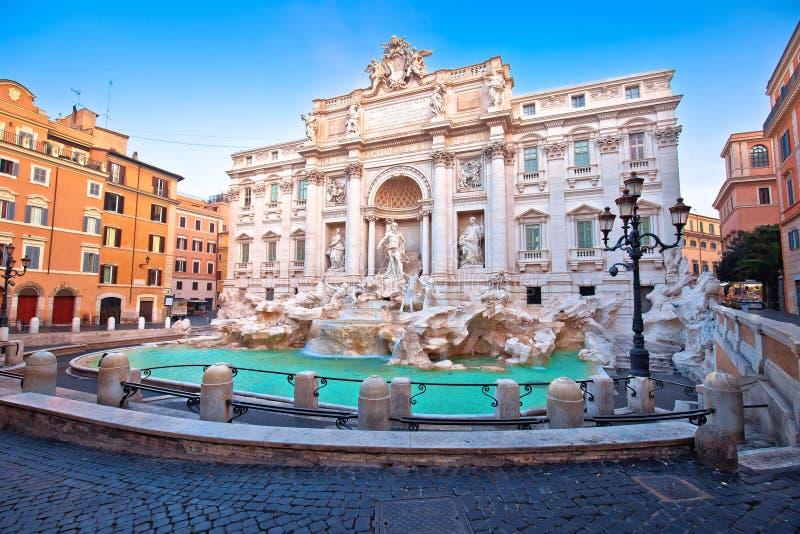 Majest?tischer Trevi-Brunnen in der Rom-Stra?enansicht lizenzfreie stockfotos