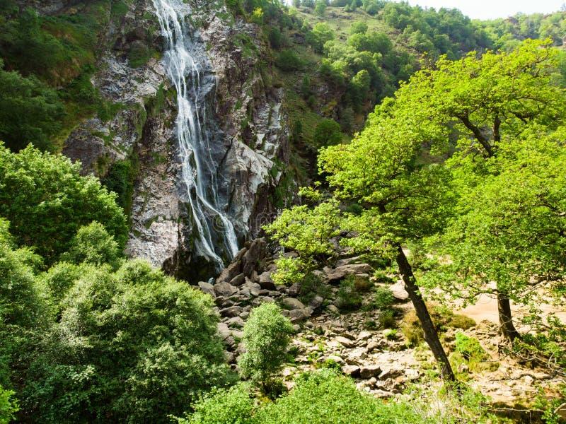 Majest?tisk vattenkaskad av den Powerscourt vattenfallet, den h?gsta vattenfallet i Irland Turist- atractions i Co ireland liggan arkivbilder
