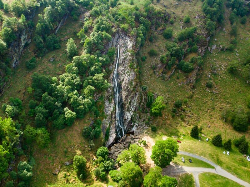 Majest?tisk vattenkaskad av den Powerscourt vattenfallet, den h?gsta vattenfallet i Irland Turist- atractions i Co ireland liggan arkivfoto