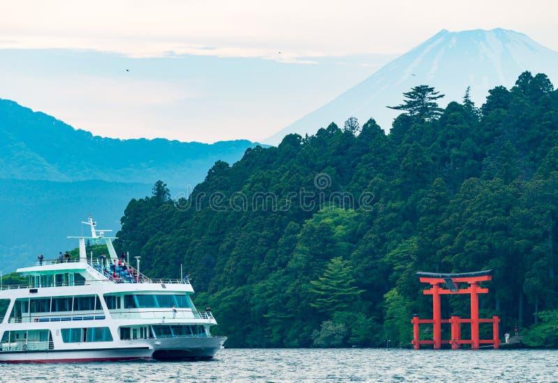 Majestat góra Fuji nad Jeziornym Ashi w Hakone, Japonia - zdjęcie stock