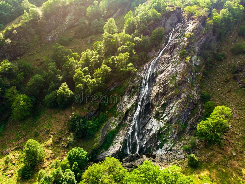 Majestatyczna wody kaskada Powerscourt siklawa wysoka siklawa w Irlandia obraz royalty free