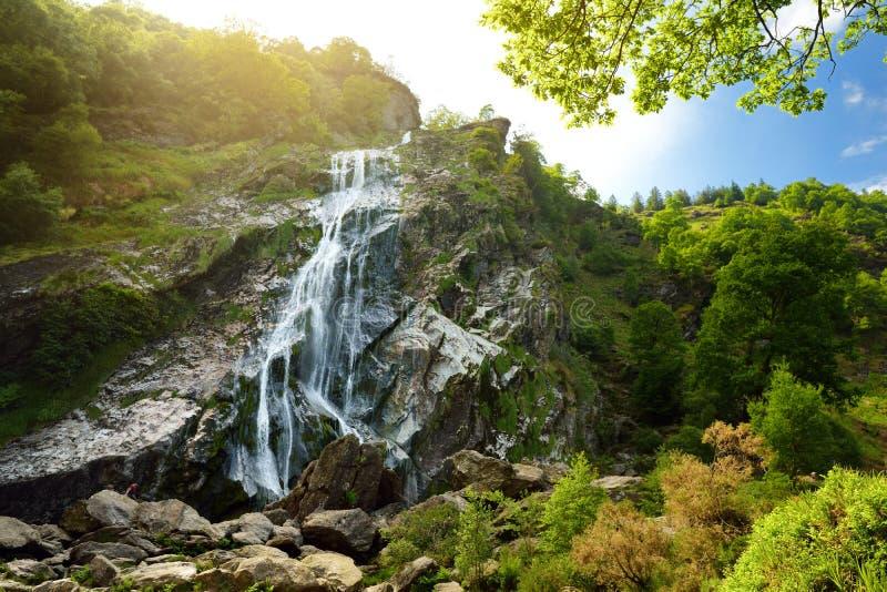 Majestatyczna wody kaskada Powerscourt siklawa wysoka siklawa w Irlandia zdjęcia royalty free