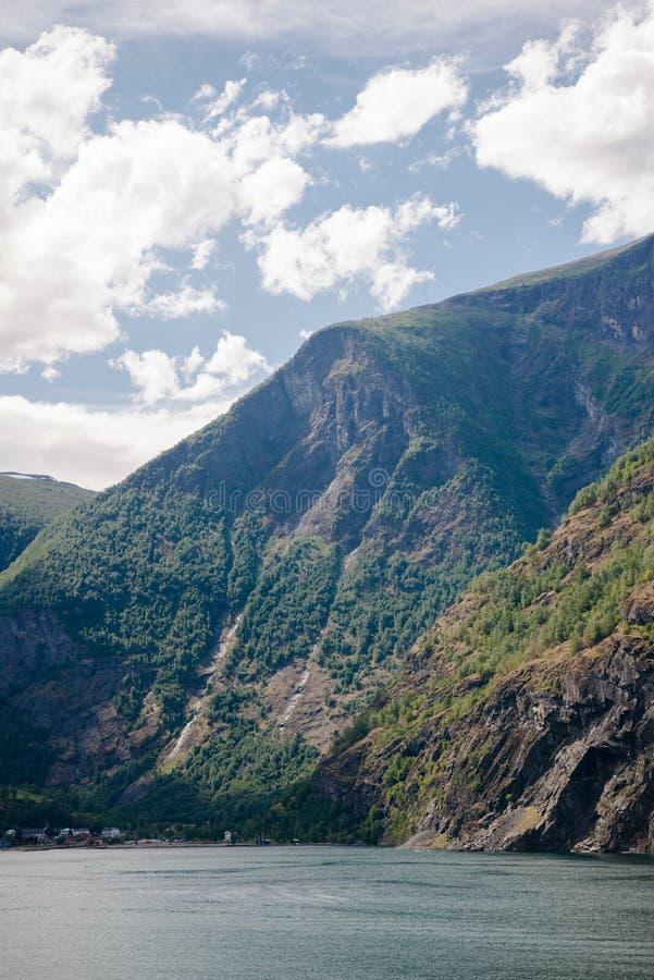 majestatyczne góry i spokój woda fjord Aurlandsfjord Flama fotografia royalty free