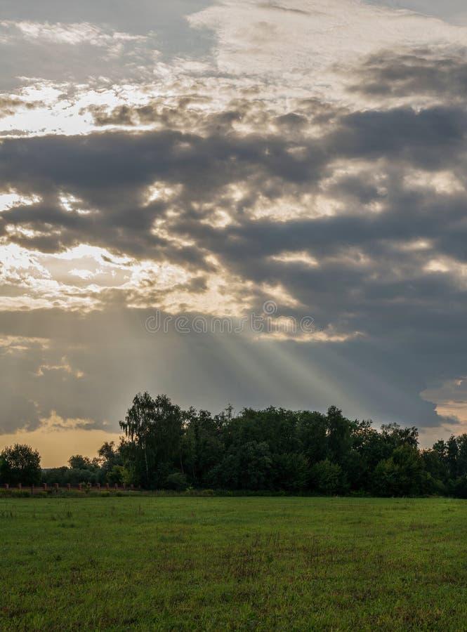 Majestatyczni słońce promienie przy zmierzchem zdjęcie royalty free