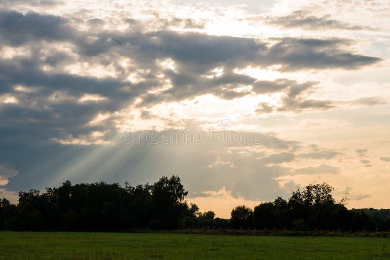 Majestatyczni słońce promienie przy zmierzchem fotografia royalty free