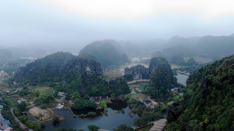 Majestatyczny góra krajobraz z otaczającą rzeką obraz royalty free