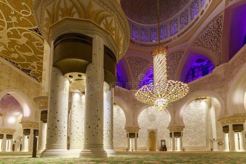 Majestatyczny i bogato dekorujący marmuru, mozaiki i złota wnętrzem Sheikh Zayed Uroczysty meczet, zdjęcia stock