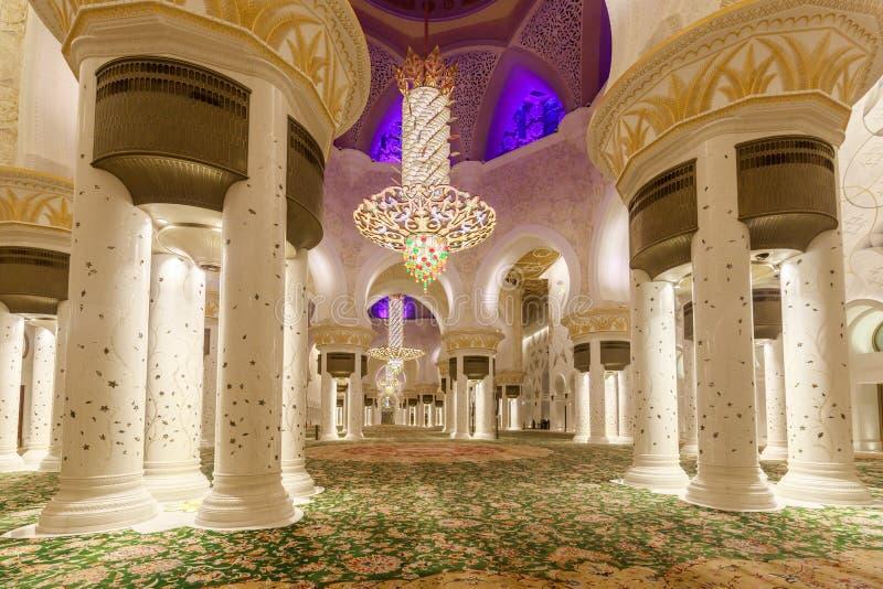 Majestatyczny i bogato dekorujący marmuru, mozaiki i złota wnętrzem Sheikh Zayed Uroczysty meczet, zdjęcie royalty free