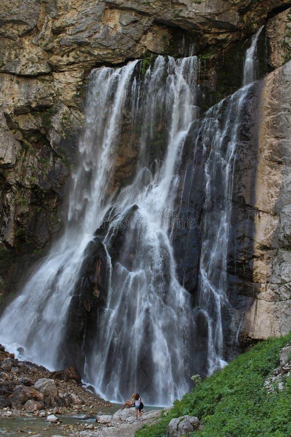 Majestatyczny piękny Gegsky spada w Abkhazia blisko Yupsharsky jaru obrazy stock