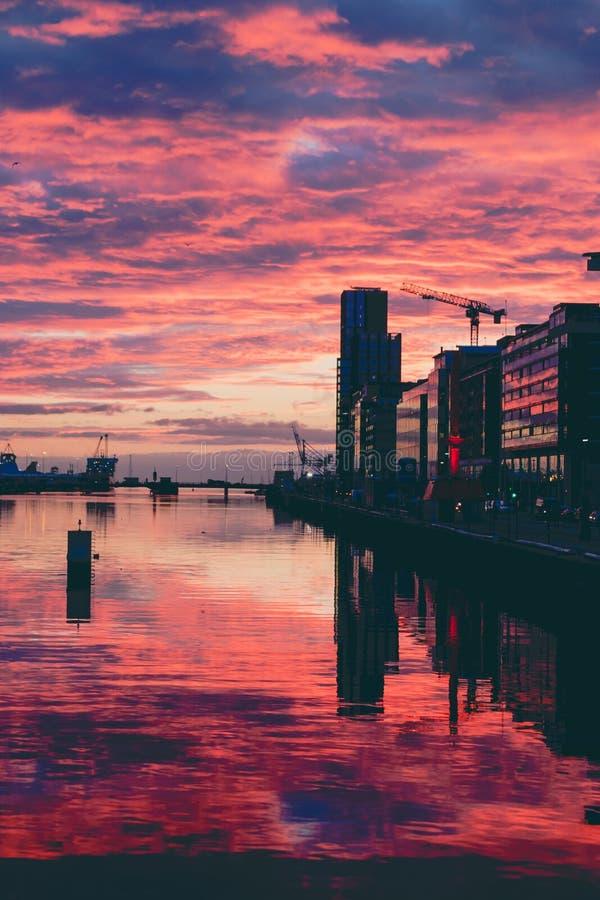 Majestatyczny różowy wschód słońca nad Dublin Docklands i rzecznym Liffey obrazy stock