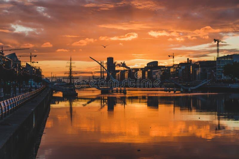 Majestatyczny różowy wschód słońca nad Dublin Docklands i rzecznym Liffey obraz stock