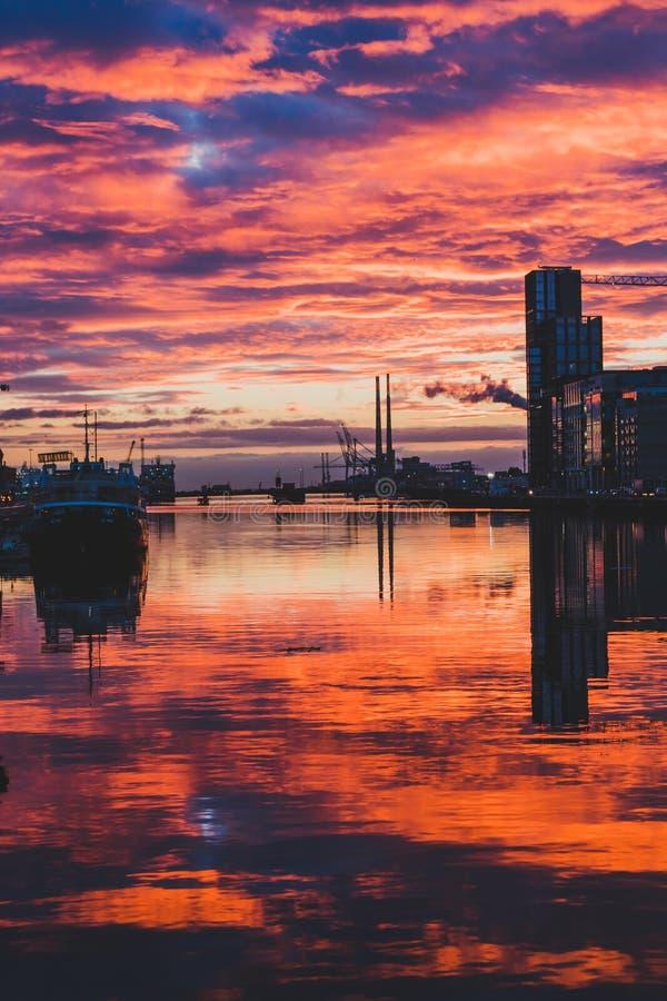Majestatyczny różowy wschód słońca nad Dublin Docklands i rzecznym Liffey zdjęcia stock
