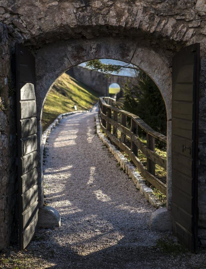 Majestueus Castel Thun-August: Een het best bewaard monumentaal gebouw complex van middeleeuwse oorsprong, gemeente van Ton, Tren royalty-vrije stock afbeelding
