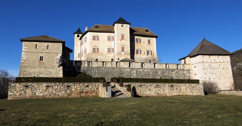 Majestueus Castel Thun-August: Een het best bewaard monumentaal gebouw complex van middeleeuwse oorsprong, gemeente van Ton, Tren stock afbeelding