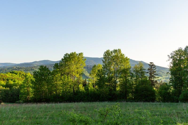 Majestueus landschap van bergen en Weide Cirkelende bergweg Nevelige bergweg in hooggebergte Bewolkte hemel met onderstel royalty-vrije stock fotografie