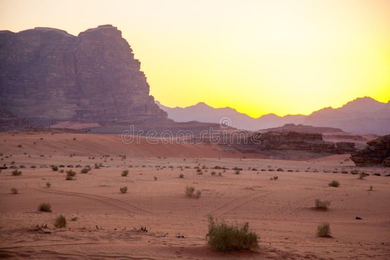 Majestueuze bergwoestijn van Wadi Rum in Jordanië stock afbeeldingen