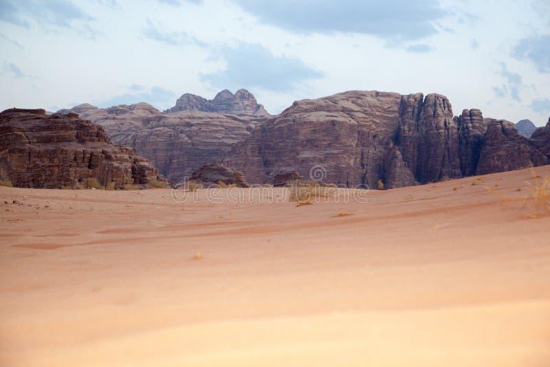 Majestueuze bergwoestijn van Wadi Rum in Jordanië stock afbeelding