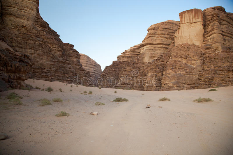 Majestueuze bergwoestijn van Wadi Rum in Jordanië stock foto's