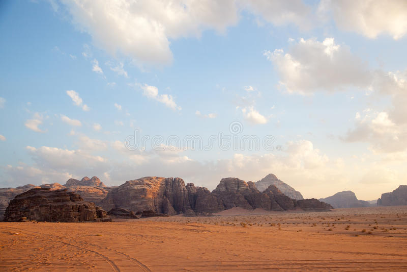Majestueuze bergwoestijn van Wadi Rum in Jordanië royalty-vrije stock foto's