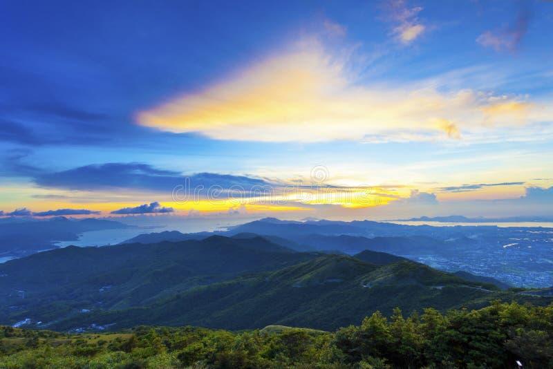 Majestueuze bergzonsondergang en hemel stock foto
