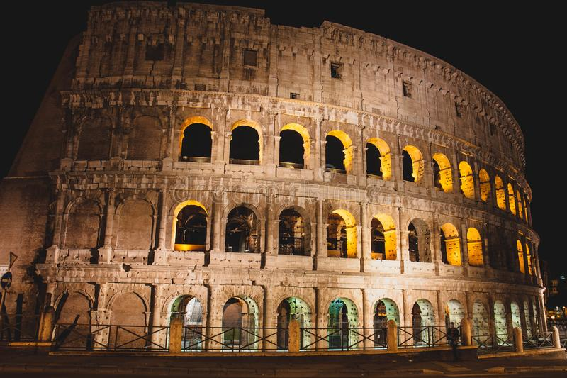 Majestueuze Colloseum bij nacht, Rome, Italië stock foto's