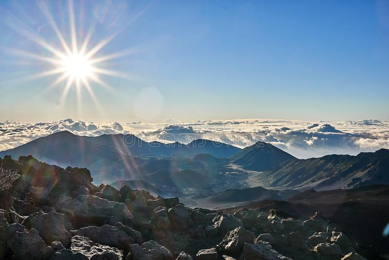 Majestueuze mening van Haleakala-bergen in Hawaï tijdens zonsopgang stock afbeeldingen