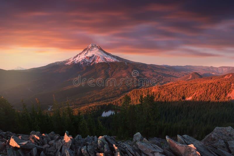 Majestueuze Mening van Mt Kap op een heldere, kleurrijke zonsondergang tijdens de de herfstmaanden Het Vreedzame Noordwesten, Ore royalty-vrije stock afbeeldingen
