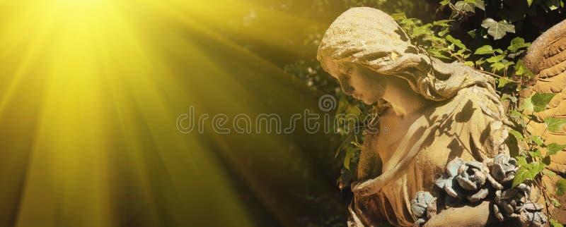 Majestueuze mening van standbeeld van gouden die engel door zonlicht wordt verlicht stock afbeeldingen