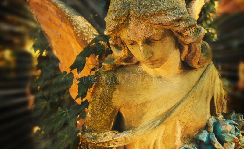 Majestueuze mening van standbeeld van gouden die engel door zonlicht wordt verlicht stock foto's