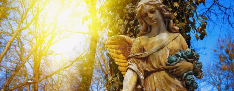 Majestueuze mening van standbeeld van gouden die engel door zonlicht wordt verlicht royalty-vrije stock afbeelding