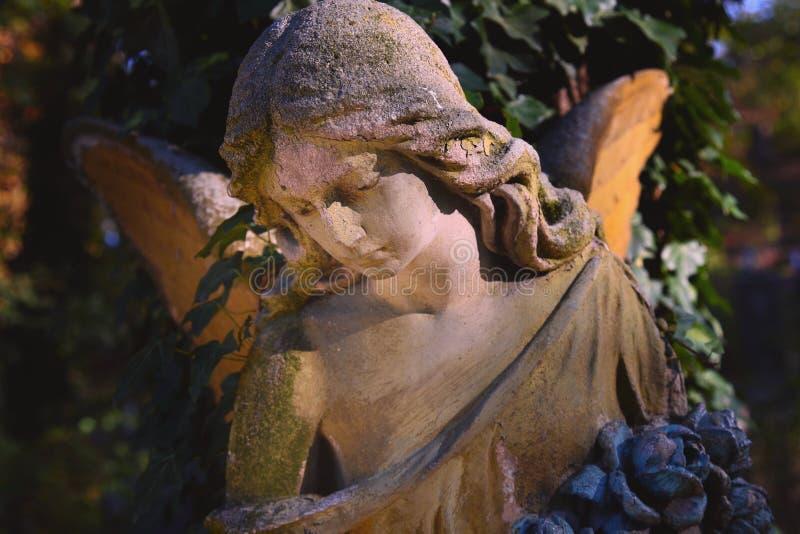 Majestueuze mening van standbeeld van gouden die engel door zonlicht wordt verlicht stock afbeelding