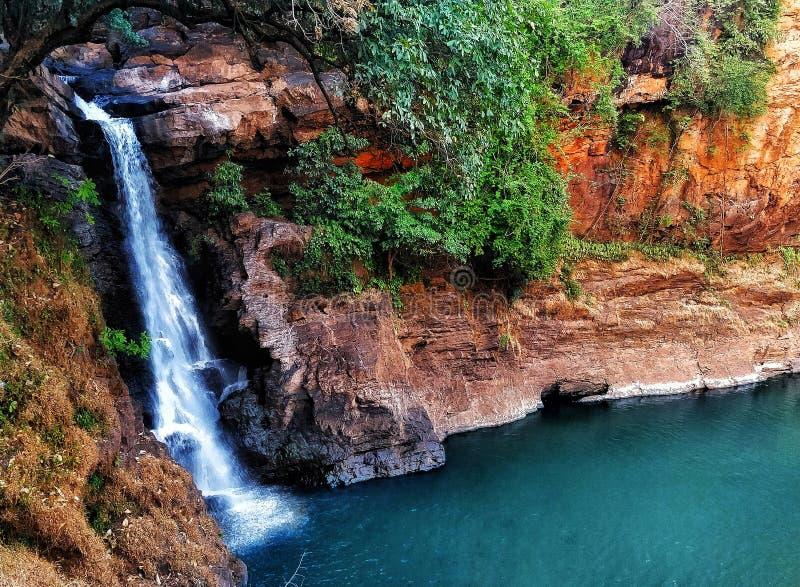 Majestueuze waterval onder de bergen stock afbeeldingen
