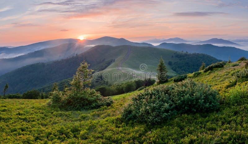 Majestueuze zonsondergang in de bergen Dramatische scène Karpatisch, het UK royalty-vrije stock fotografie