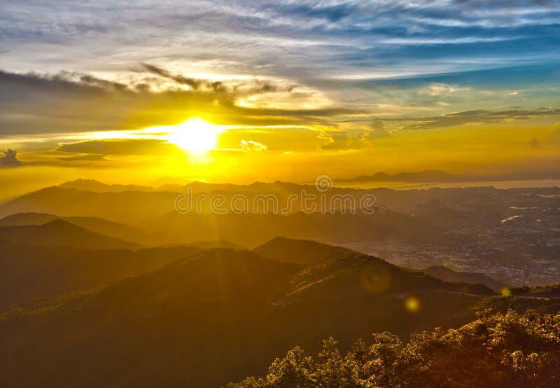 Majestueuze zonsondergang in het bergenlandschap stock foto
