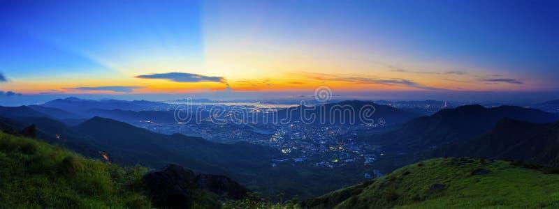 Majestueuze zonsondergang in het bergenlandschap stock foto's