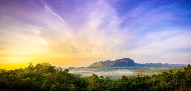 Majestueuze zonsondergang in het bergenlandschap royalty-vrije stock foto