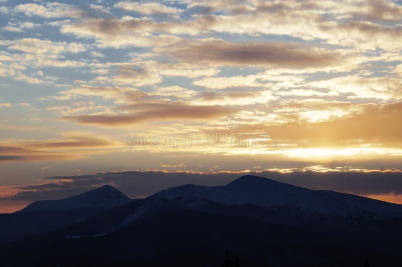 Majestueuze zonsondergang in het bergenlandschap Dramatische Hemel Karpatisch, de Oekraïne, Europa stock foto's