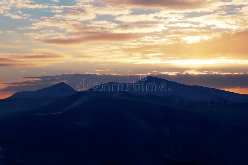 Majestueuze zonsondergang in het bergenlandschap Dramatische Hemel Karpatisch, de Oekraïne, Europa royalty-vrije stock foto's