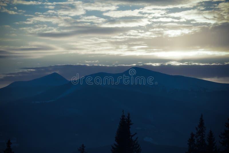 Majestueuze zonsondergang in het bergenlandschap Dramatische Hemel Karpatisch, de Oekraïne, Europa stock afbeelding