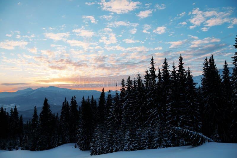 Majestueuze zonsondergang in het bergenlandschap Dramatische Hemel Karpatisch, de Oekraïne, Europa royalty-vrije stock fotografie