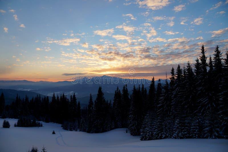 Majestueuze zonsondergang in het bergenlandschap Dramatische Hemel Karpatisch, de Oekraïne, Europa stock afbeeldingen