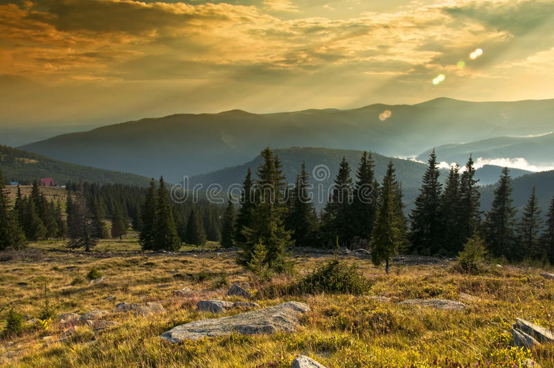 Majestueuze zonsondergang in het bergenlandschap. HDR im royalty-vrije stock afbeeldingen