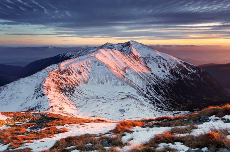 Majestueuze zonsondergang in het landschap van de winterbergen - de piekbedelaars van Slowakije royalty-vrije stock foto's