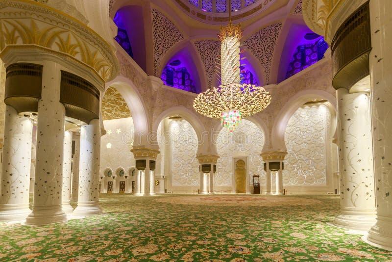 Majestuoso y adornado rico por el interior del mármol, del mosaico y del oro de Sheikh Zayed Grand Mosque fotos de archivo libres de regalías