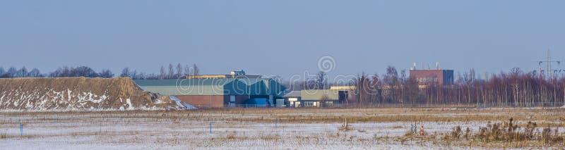 Majoppeveld um terreno de Roosendaal, a paisagem industrial holandesa, holandesa da indústria imagens de stock