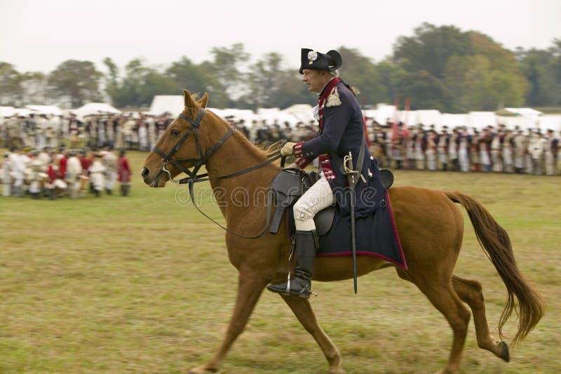 Major General Benjamin Lincoln a caballo en el 225o aniversario de la victoria en Yorktown, una reconstrucción del cerco de Yor foto de archivo libre de regalías