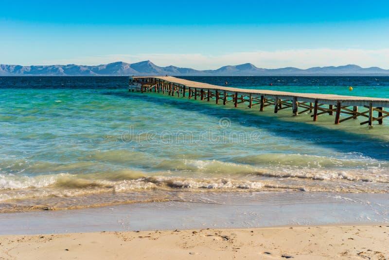 Majorca, embarcadero de madera en la playa de la bahía de Alcudia, España Balearic Island imagen de archivo