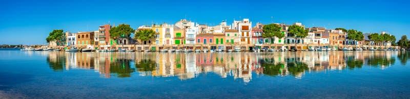 Majorca Espagne, maisons colorées de vieux village de port de pêche de Porto Colom, vue de panorama images libres de droits