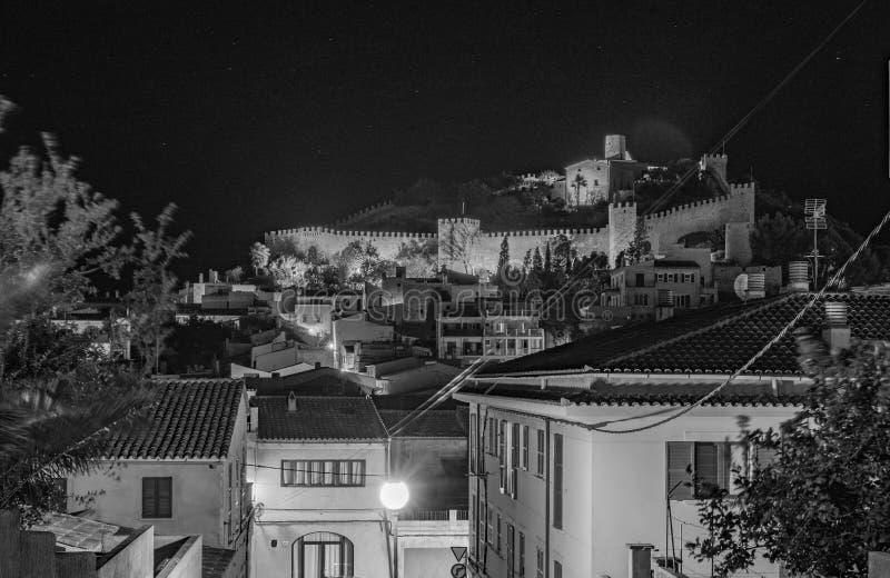 Majorca, historisches Schloss von Capdepera nachts lizenzfreie stockfotos